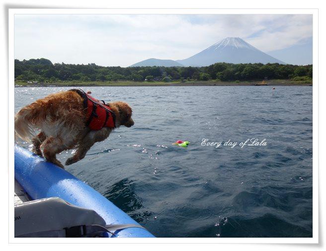 本栖湖でジャンプ