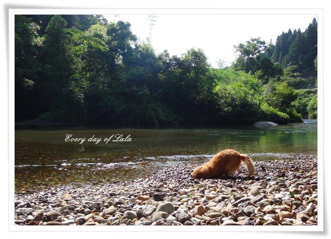 川でストレッチ
