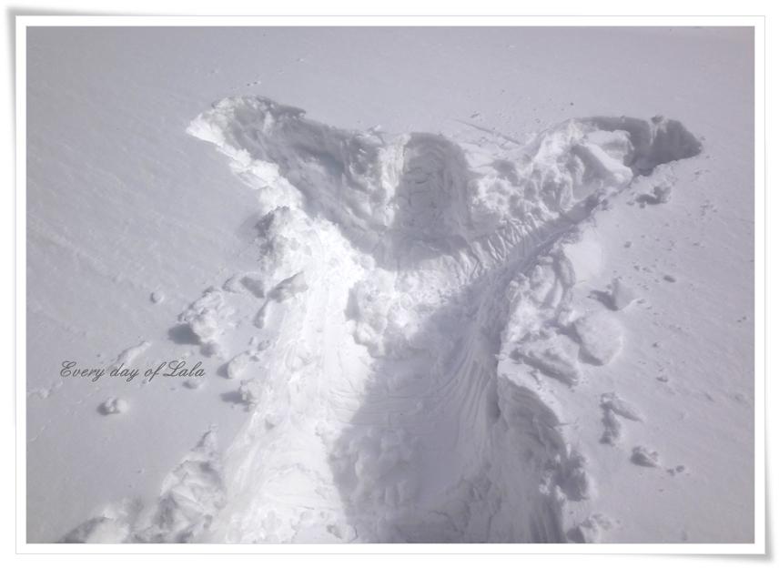 雪のなかへ人型