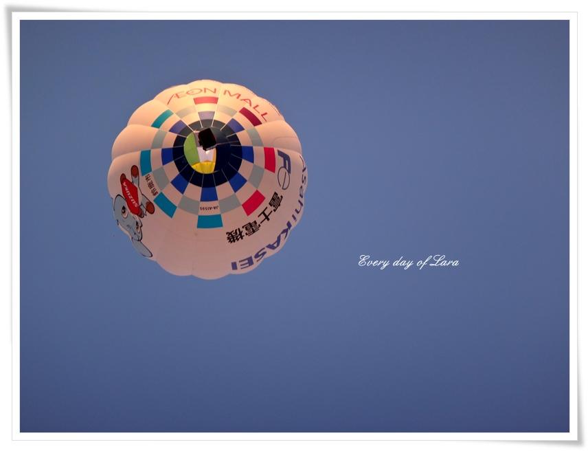 熱気球を真下から見る