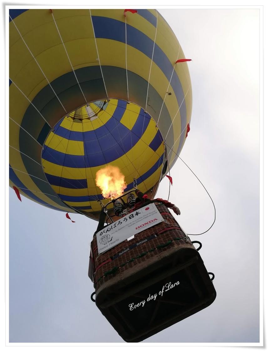 下から見る熱気球
