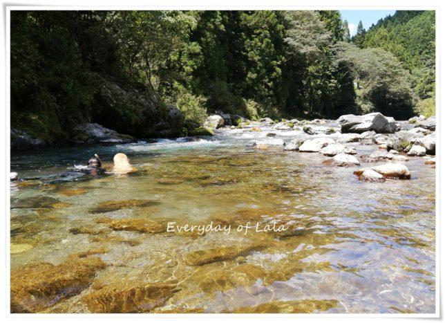 川を泳ぐ2人